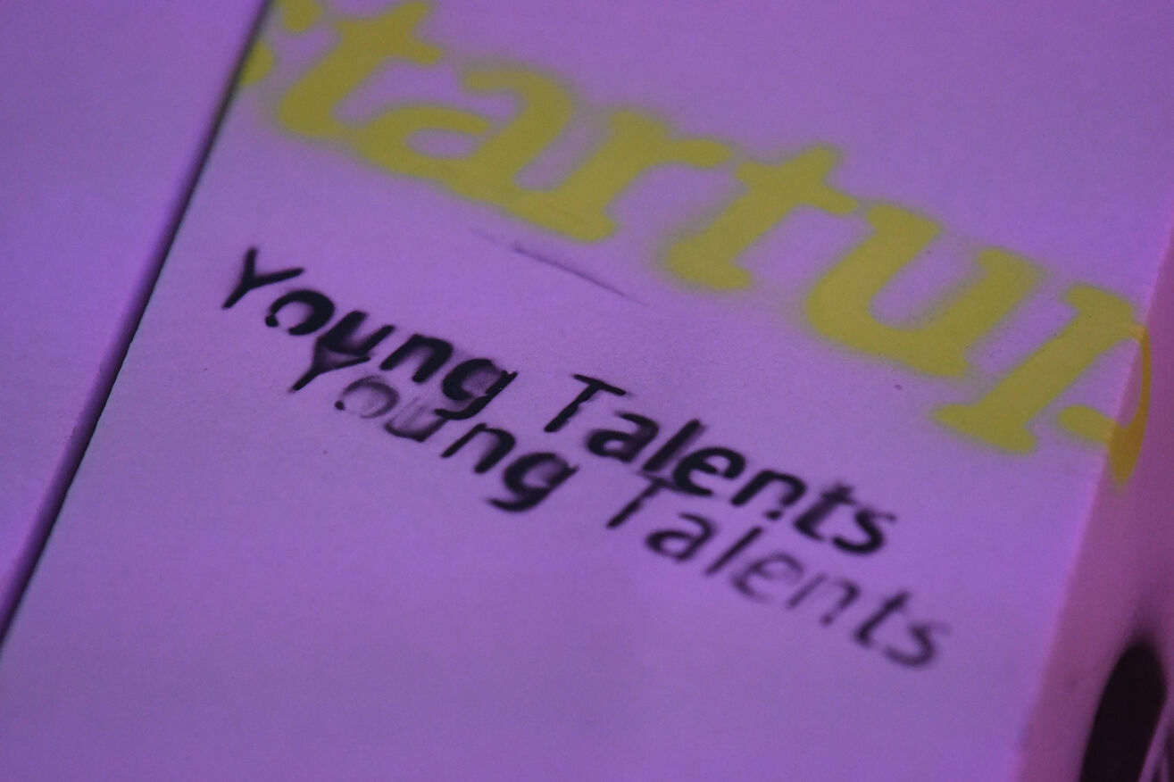 Ein T-Shirt mit gespraytem Aufdruck Start-up BW Young Talents.